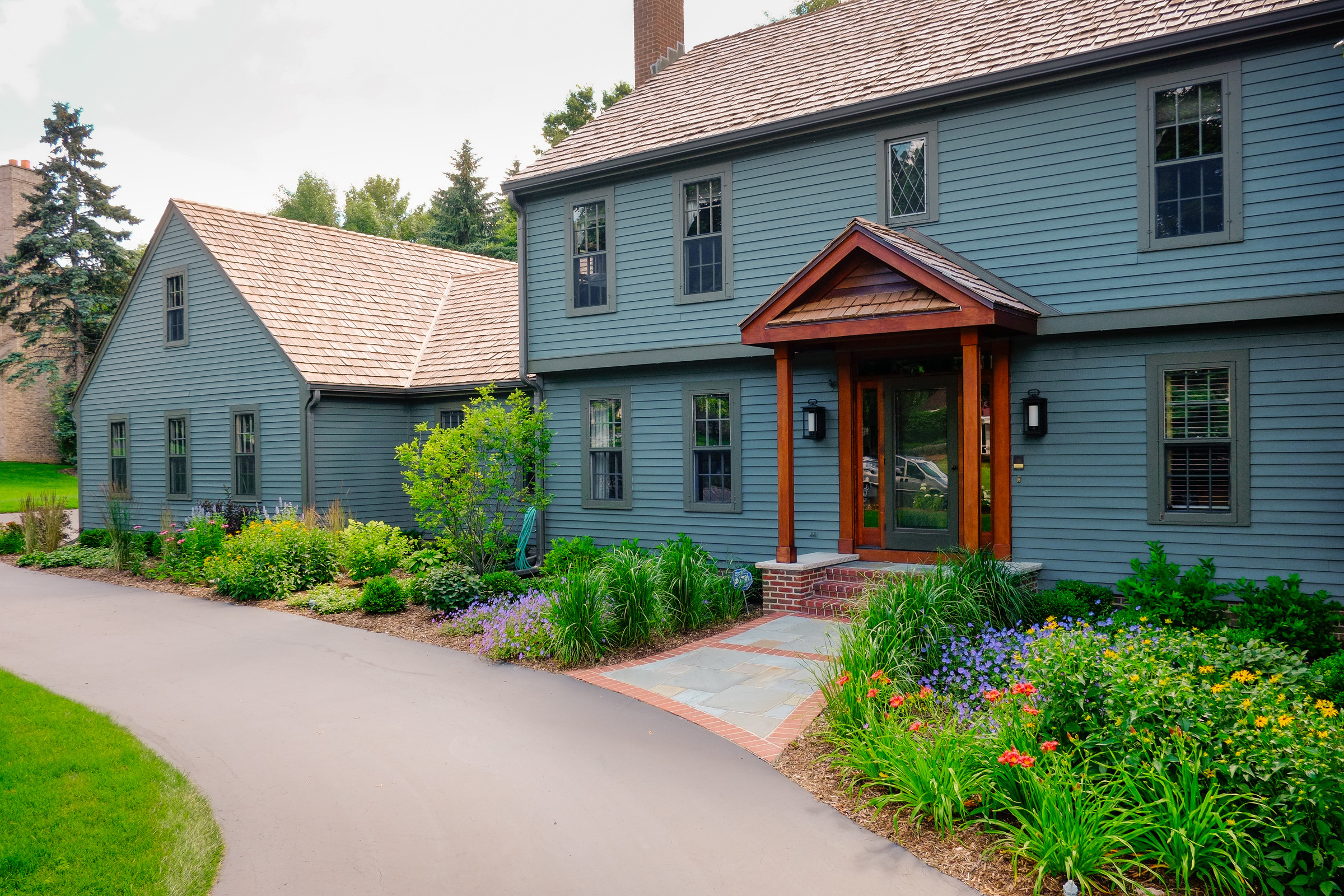 Traditional Saltbox Front Yard - Brookfield
