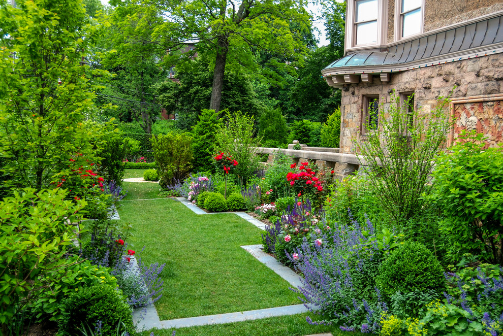 Design ideas for a mid-sized traditional full sun backyard stone landscaping in Boston for summer.