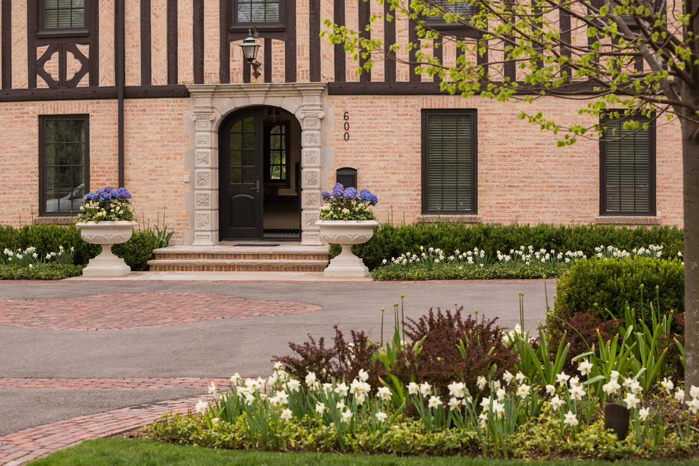 Design ideas for a large traditional full sun front yard brick driveway in Chicago for spring.