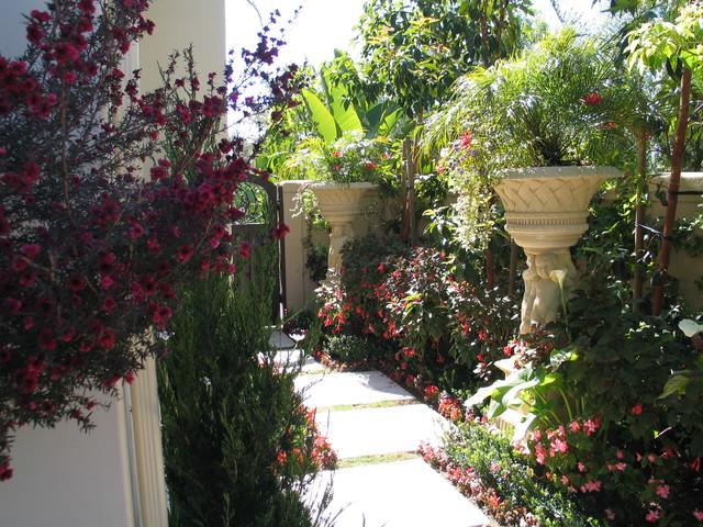 8 Splendid Side Yard Designs