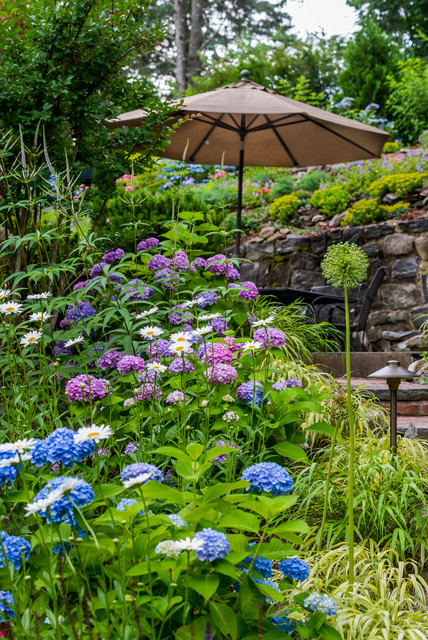Inspiration for a huge traditional partial sun hillside landscaping in New York for summer.