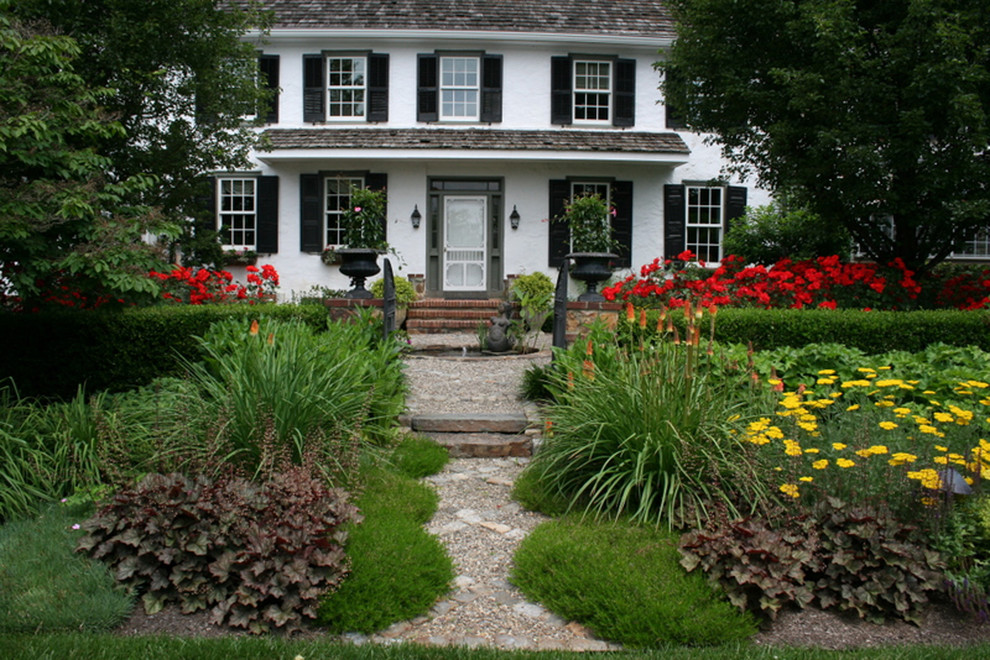 Design ideas for a mid-sized traditional partial sun front yard gravel landscaping in Philadelphia.