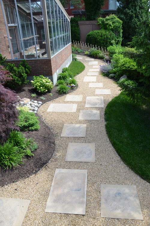 Mulch Path Backyard : Need TO know what the separating element is between the walking path a
