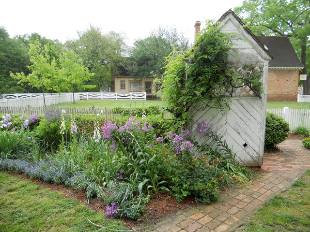 Classic garden styles at colonial williamsburg for Colonial landscape design