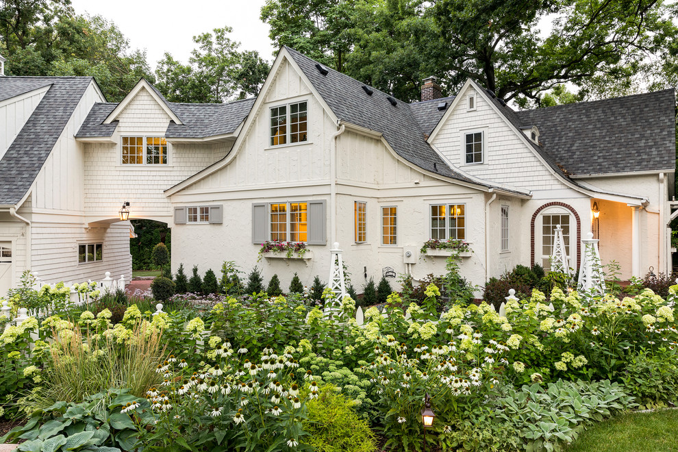 Design ideas for a traditional front yard formal garden in Minneapolis.