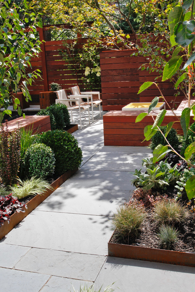 Inspiration for a mid-century modern landscaping in New York.
