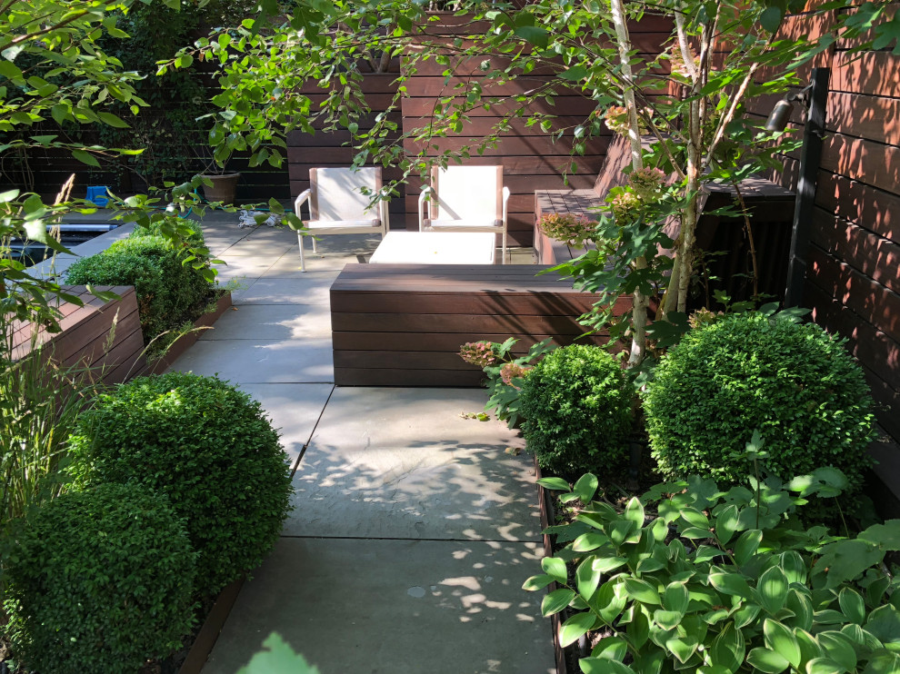 Inspiration for a modern landscaping in New York.