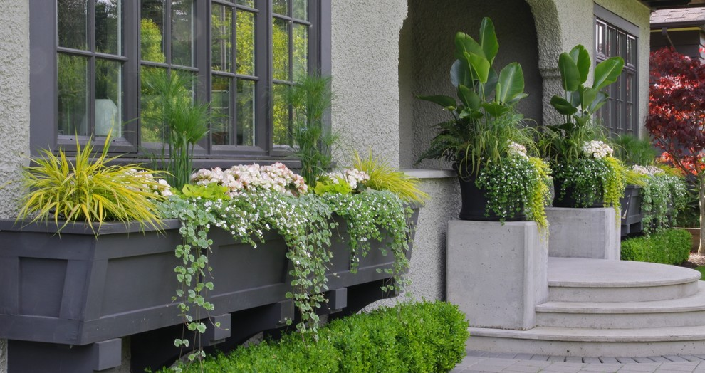 This is an example of a traditional front yard stone landscaping in Vancouver.