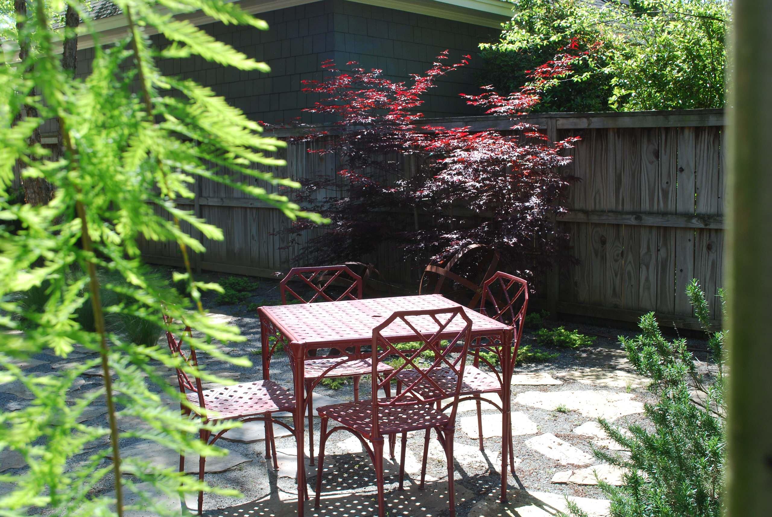 Contemporary Farmhouse Courtyard Garden
