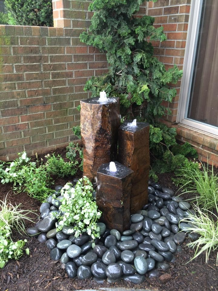 Design ideas for a mid-sized contemporary shade front yard water fountain landscape in Chicago.