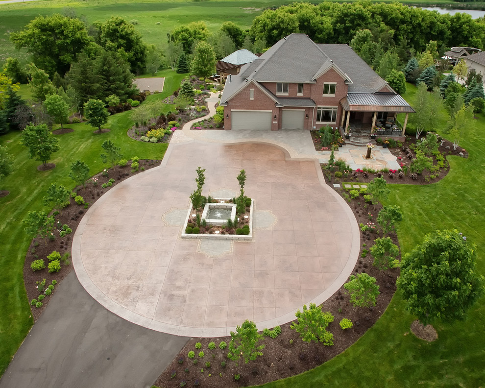 Design ideas for a traditional landscaping in Minneapolis.