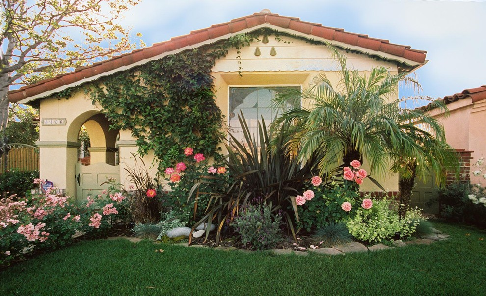 Inspiration for a mediterranean side yard landscaping in Los Angeles.