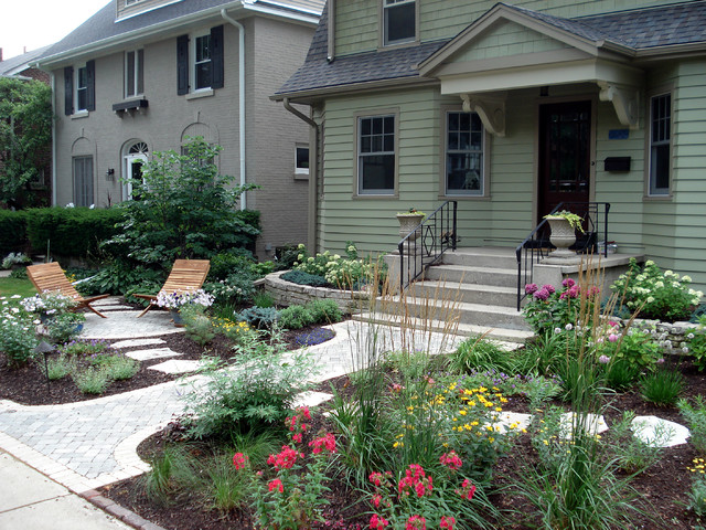 Genial Photo Of A Traditional Front Yard Landscaping In Chicago.