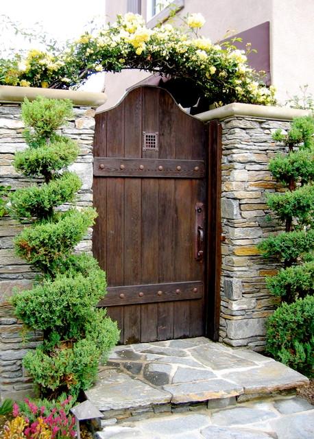 Traditional Landscape by David Pedersen Inc. & Artful Salvage: Old Doors Decorate the Garden pezcame.com