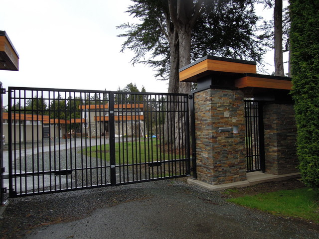 Custom double swing aluminum driveway gate with matching