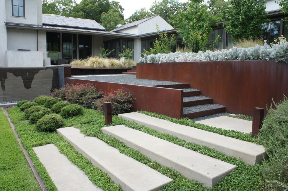 Photo of a contemporary full sun hillside gravel landscaping in Dallas.
