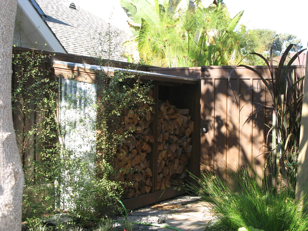 Inspiration for a contemporary backyard landscaping in San Diego.