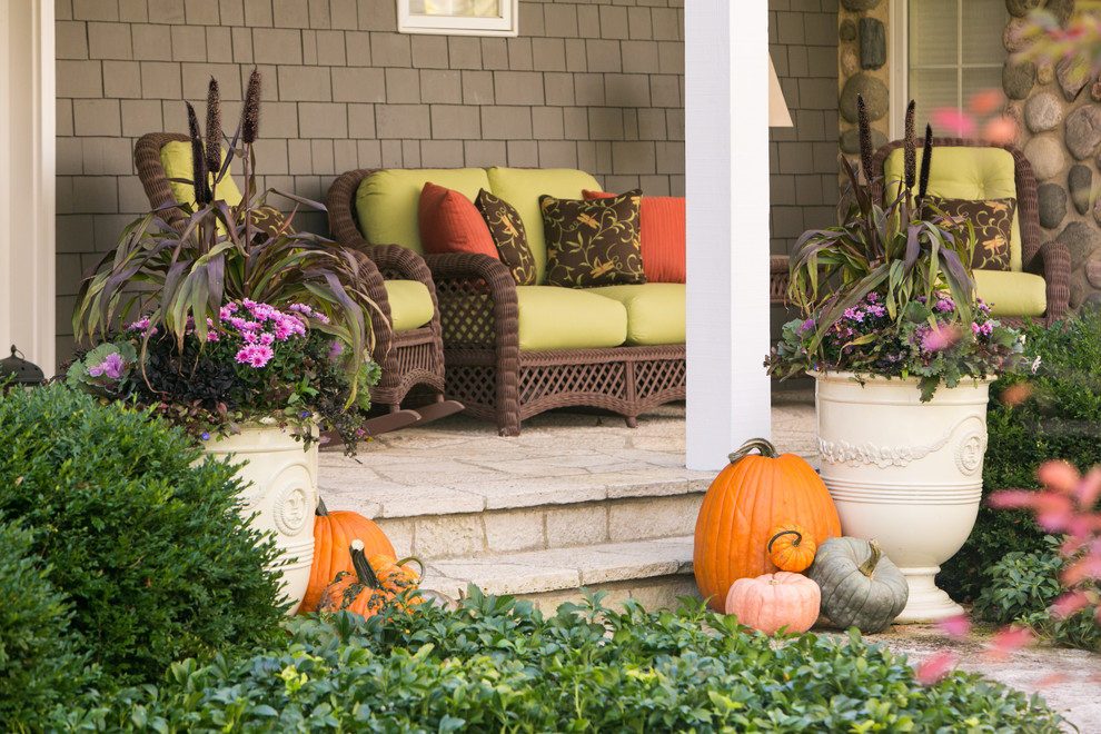 Design ideas for a mid-sized transitional partial sun front yard stone landscaping in Chicago for fall.