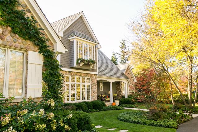 Ejemplo de jardín tradicional renovado, de tamaño medio, en otoño, en patio delantero, con jardín de macetas, exposición parcial al sol y adoquines de piedra natural