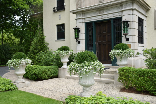 Design ideas for a mid-sized traditional partial sun front yard concrete paver landscaping in Chicago for summer.