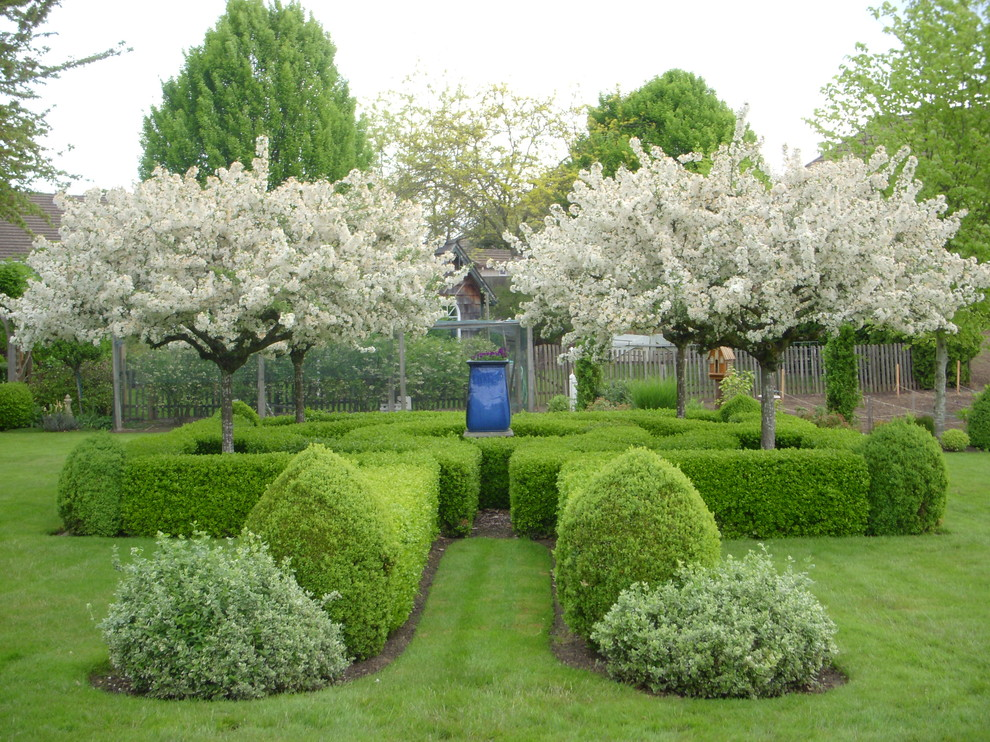 Inspiration for a mid-sized traditional backyard formal garden in Portland.