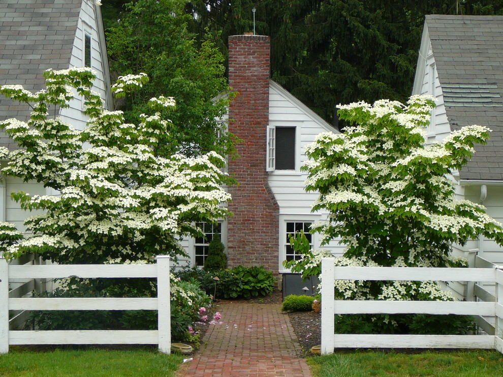 Inspiration for a mid-sized traditional partial sun front yard brick landscaping in Philadelphia for summer.