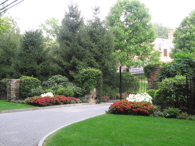 Driveway landscape design plantings traditional for Home entrance landscape design