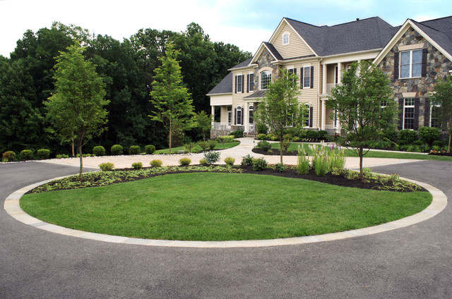 Driveway with island and plantings contemporary for Circular driveway landscaping pictures