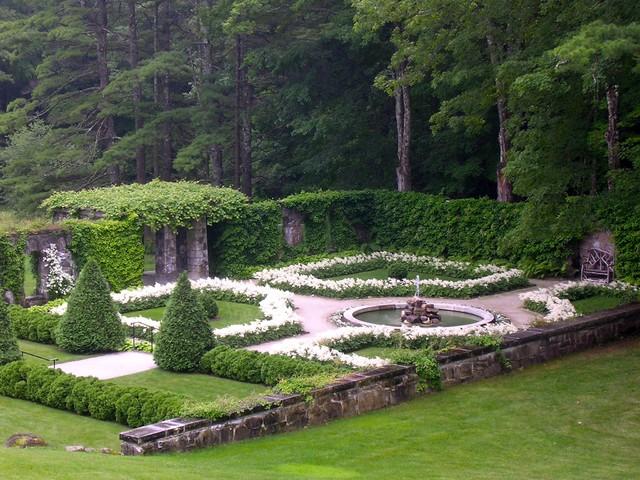 Aménagement d'un jardin à la française classique de taille moyenne.
