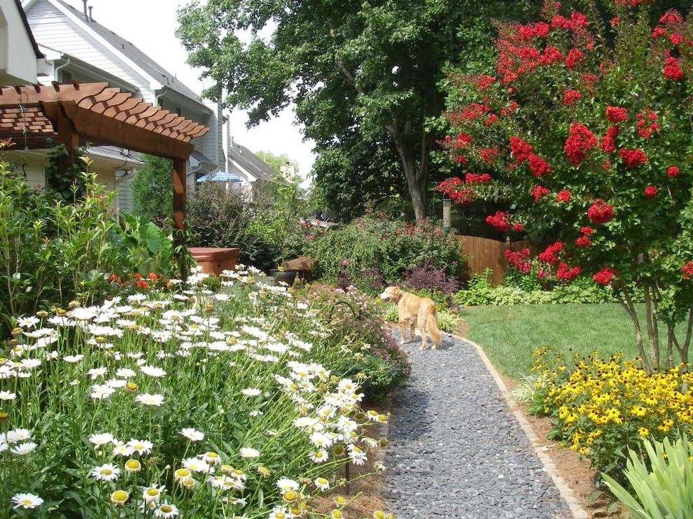 Inspiration for a mid-sized traditional full sun backyard gravel landscaping in Atlanta for summer.