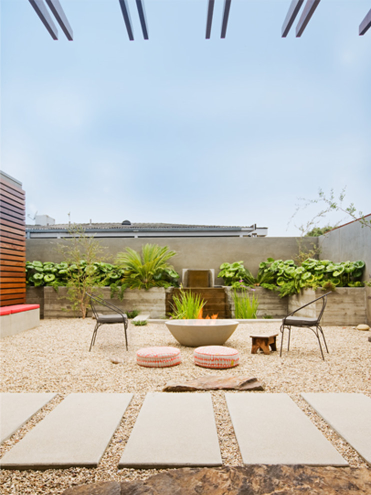 Inspiration for a mid-century modern courtyard water fountain landscape in Orange County.