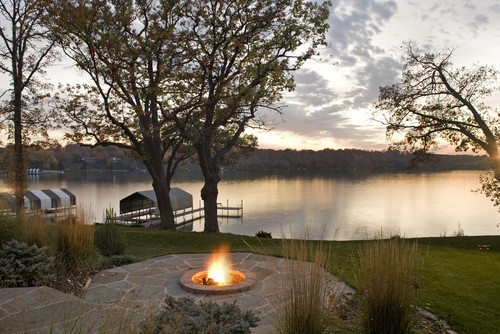 Our lake life 10 gorgeous waterfront gardens ideas our for Lake home landscape design