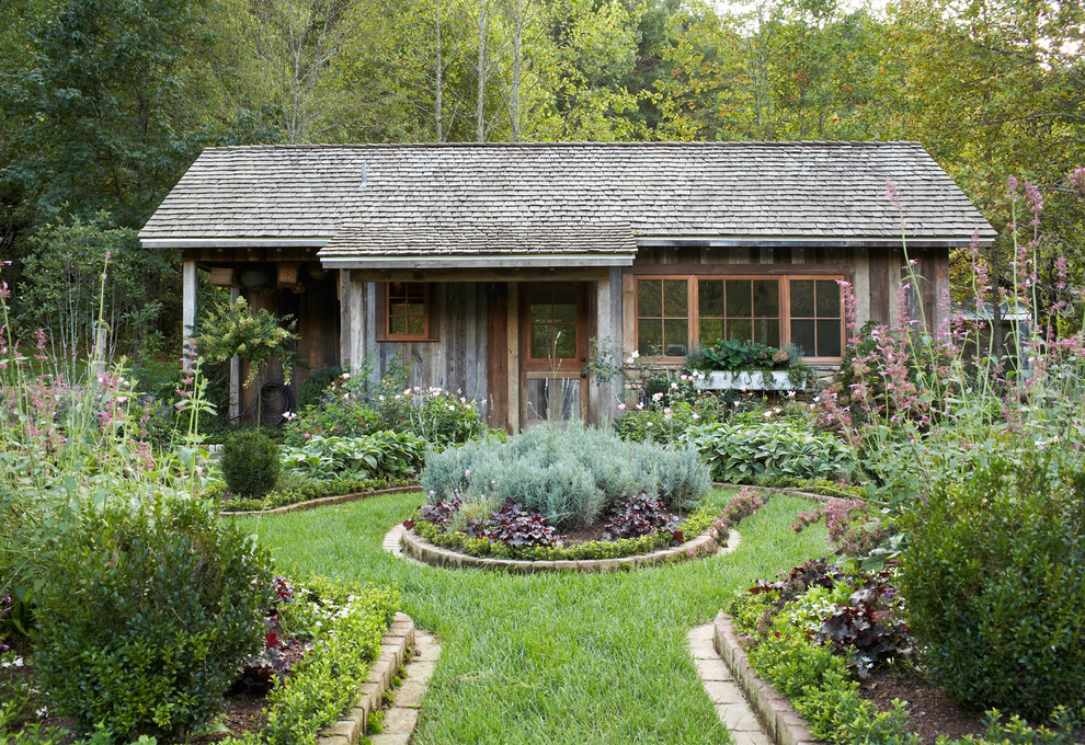 Photo of a farmhouse full sun landscaping in Atlanta.