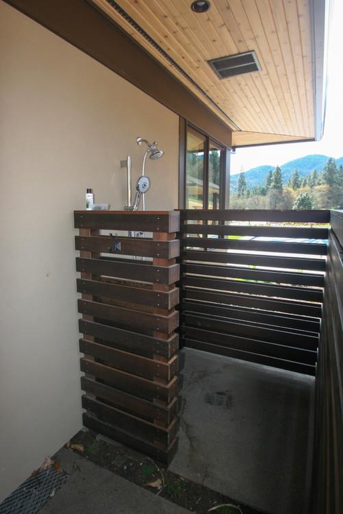 Douche rustique extérieure pratique après les entraînements extérieurs maison