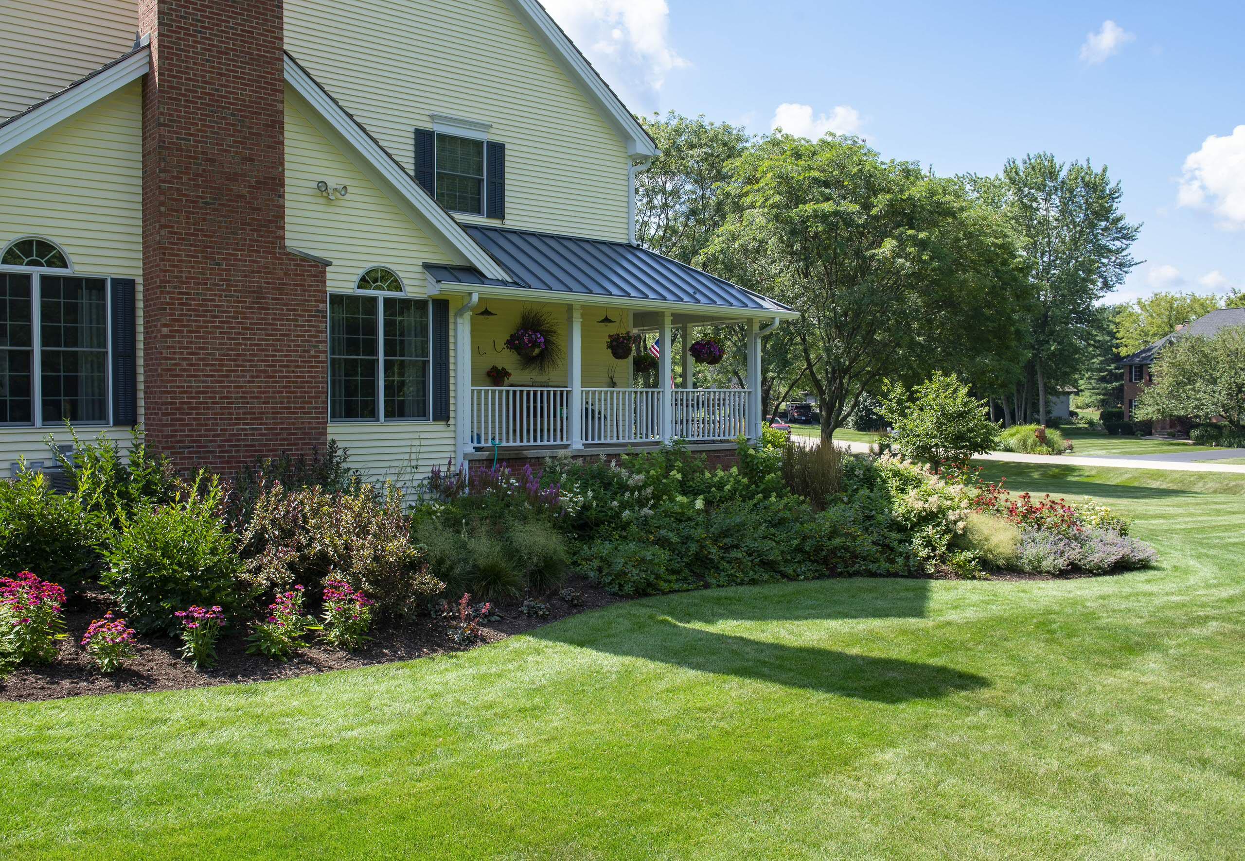 Farmhouse Side Landscape - Hawthorn Woods, IL