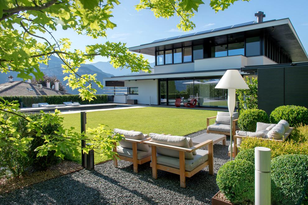 Immagine di un grande giardino minimal davanti casa