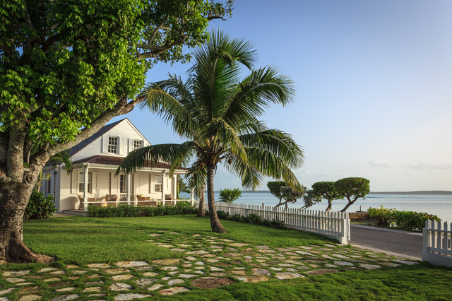 Fort point cottage harbour island the bahamas tropical for Beach house garden design