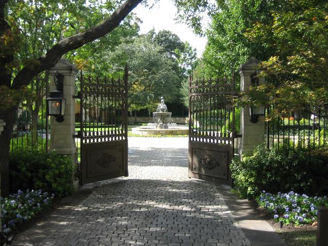 Luxury Estate Property traditional-landscape