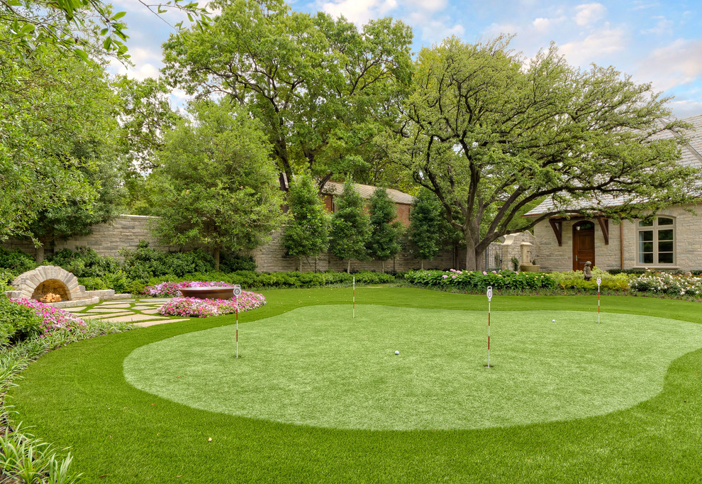 Design ideas for a traditional backyard landscaping in Dallas.