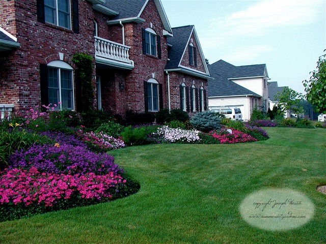 Front yard planting design traditional landscape new for Flower bed in front of house