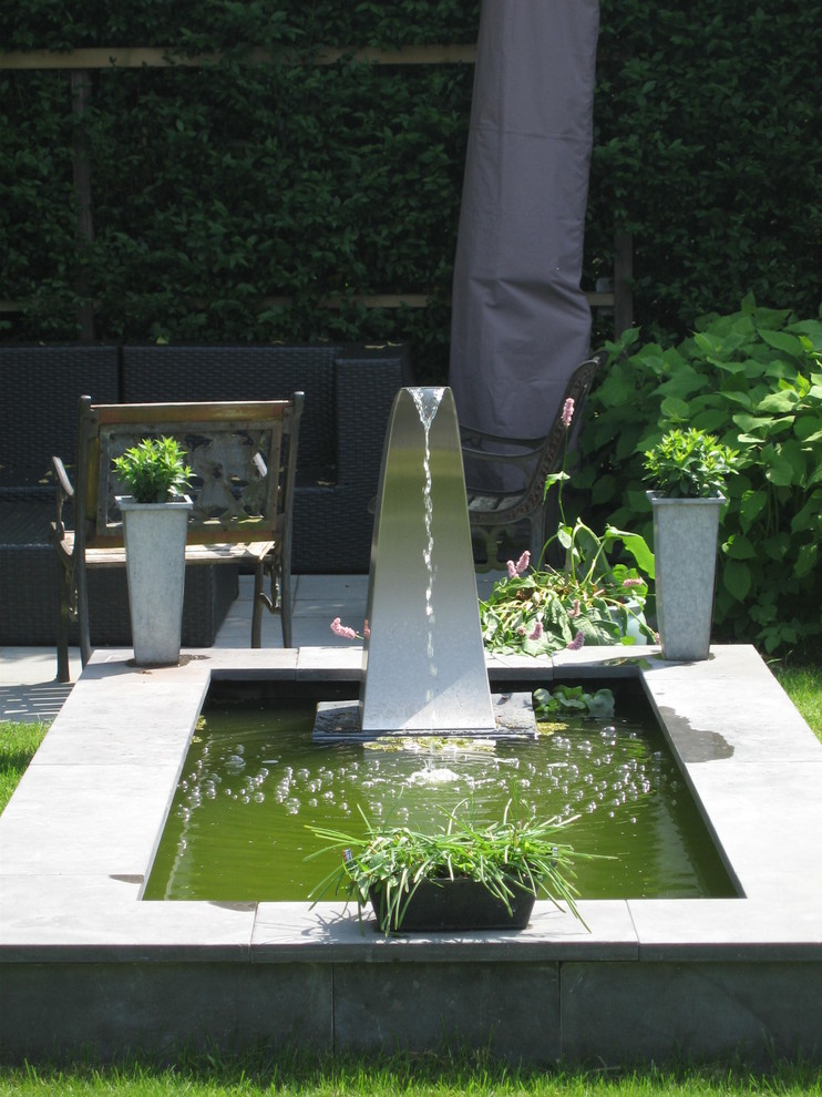 This is an example of a contemporary water fountain landscape in Amsterdam.
