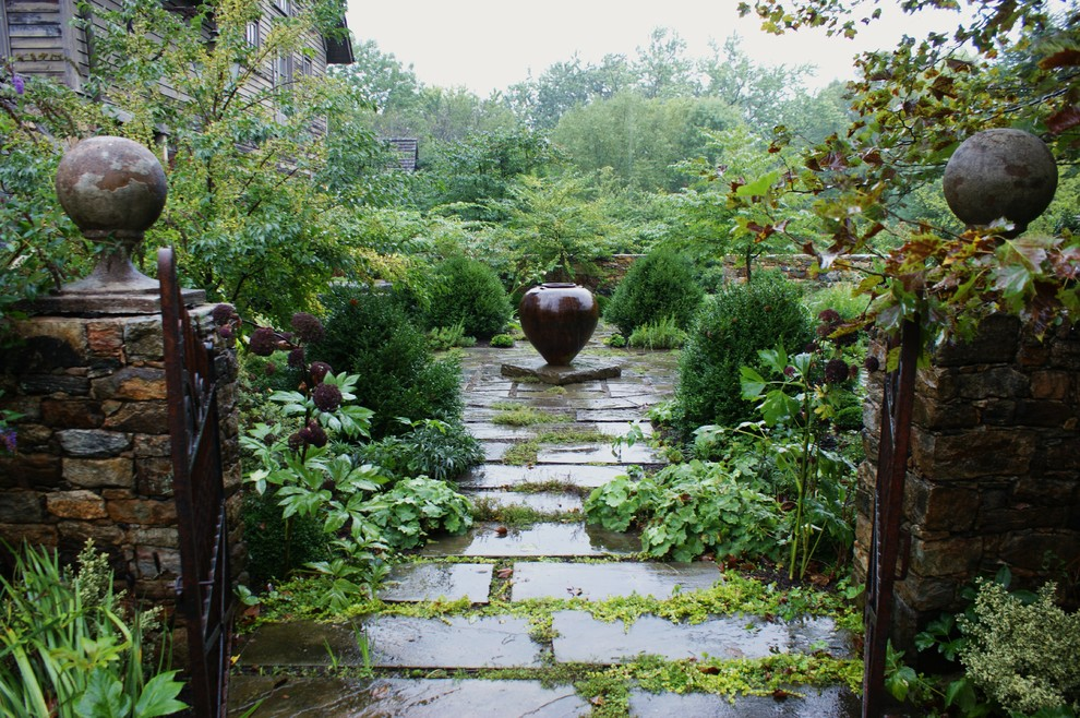 Inspiration for a traditional shade landscaping in Philadelphia.