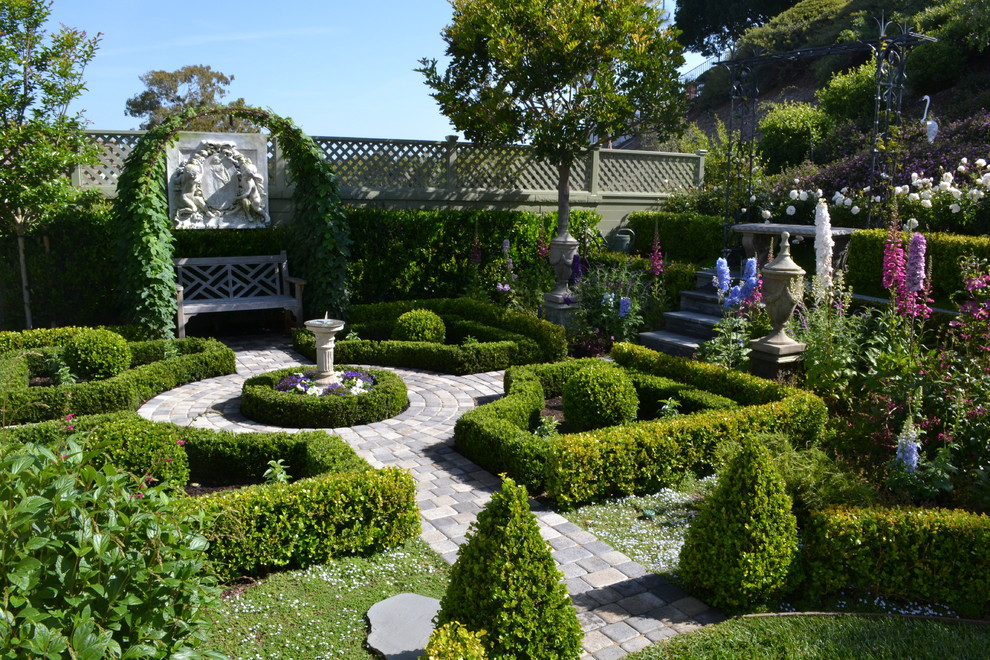 Inspiration for a mid-sized traditional backyard formal garden in Orange County.