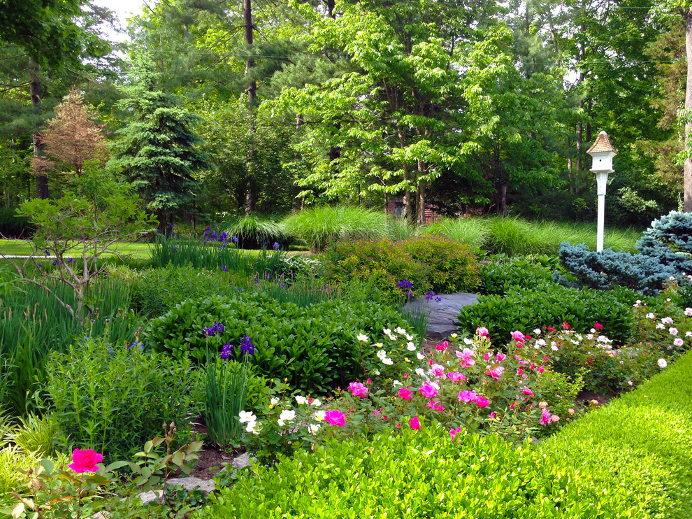 Design ideas for a traditional backyard landscaping in Cincinnati for summer.