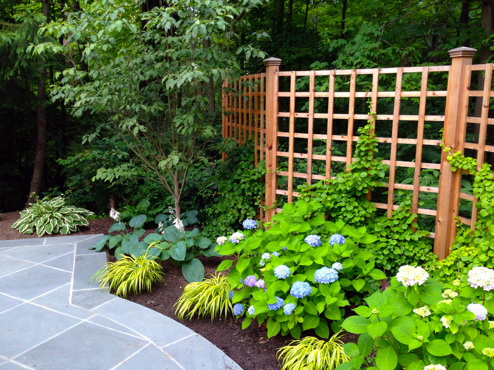Design ideas for a traditional stone landscaping in Cincinnati.