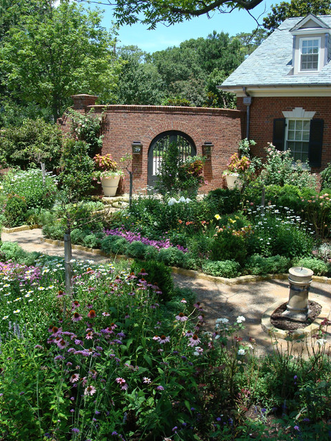 Design ideas for a traditional backyard landscaping in Little Rock for summer.
