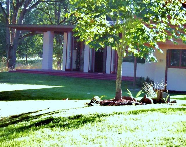 Gordon House/Frank Lloyd Wright Site.  Time-Tested Results modern-landscape