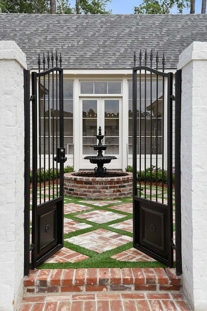 Photo of a transitional landscaping in New Orleans.