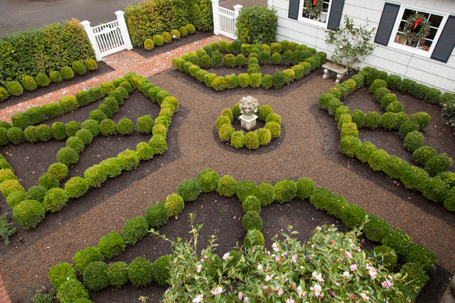 Design Ideas For A Mid Sized Traditional Gravel Formal Garden In Portland.