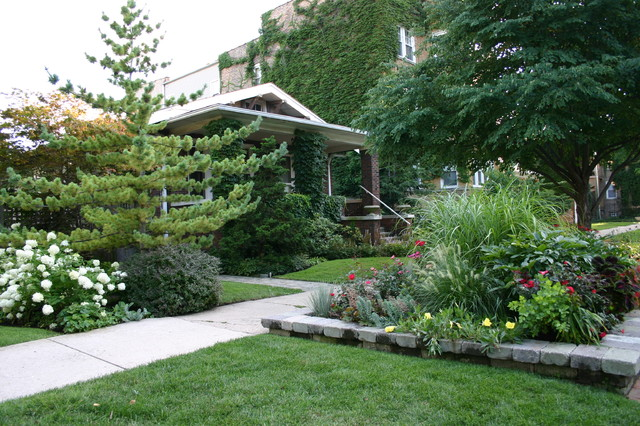 Inspiration for a traditional landscaping in Chicago.